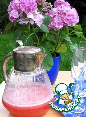 Использовать в качестве основы для коктейлей с шампанским, белым   вином.       На фото - смесь с охлажденным шампанским.