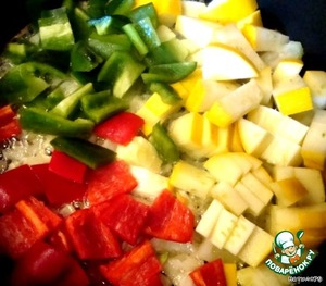 Add to the onions sliced vegetables. Fry until clear of the tavern.