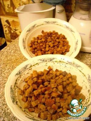 А затем общее для сухариков: ставим посуду в микроволновку на 3 минуты (мощность 900-1000 Wt), перемешиваем и опять на 3 минуты. Делаем так 3-4 раза.    Сухарики по первому способу более зажаристые, хрусткие, не пачкают пальцы рук.    По второму способу мягче, идеальны для супов (горохового - добавляем чеснок и зелень; грибного - кубик и зелень). Но они немного масляные.   Очень хорошо получаются с паприкой (продается сушеная в банках), с добавлением жгучего красного перца, а для салатов сухарики пересыпаются приправой для курицы-гриль.    Сухарики по 1 способу хранятся в холодильнике в стеклянной банке около 2 недель, масляные 3-4 дня.