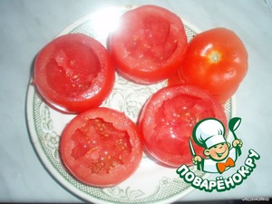 Take the tomatoes (preferably identical in size), carefully cut off the tip. This is the lid and with a spoon take out the middle of tomatoes and add salt slightly inside.