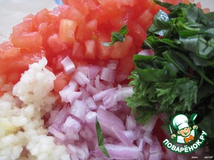 Go tovim marinade: chop finely tomatoes, onion, garlic and herbs; lay in a bowl.