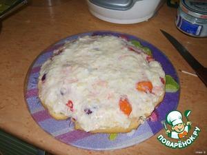 6. Собираем торт: на первый корж кладем фрукты. Они в сиропчике и торт получится хорошо пропитанным. Сверху 1/2 часть крема.