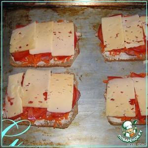 Накрыть пластинками сыра, поставить на 5-7 минут в горячую духовку, буквально, чтобы прогрелось и расплавился сыр.