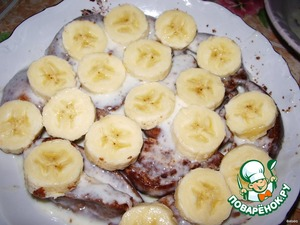 Bananas cut into thin slices, put them on a layer of gingerbread.