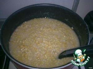 Замачиваем пшеницу с вечера. Чтобы она за это время стала мягкой и сварилась быстро.   Ставим на огонь и варим до готовности.