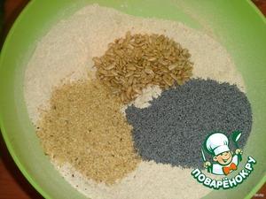 В миску просейте оба вида муки, добавьте соль и семена.   Перемешайте, добавьте опару и оставшуюся воду с сахаром. Замесите тесто.