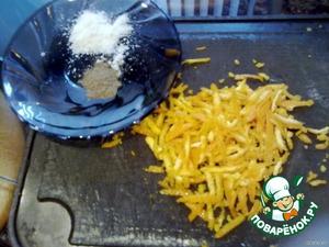 Натереть цедру апельсина. Соль перемешать с черным перцем.