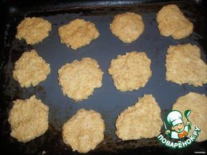 Что бы не давиться просто овсянкой, мы испечём мягкие, вкусные и совсем не магазинные печеньки.! Всё просто, смешиваем постепенно компоненты, маргарин заранее размягчённый.   выкладываем на смазанный маслом противень небольшими лепёшками