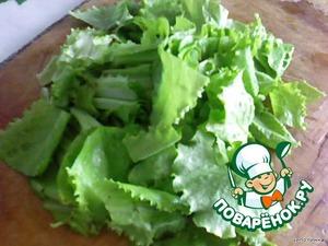Нарезать крупно салат.
