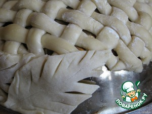 """На смазанную растительным маслом форму, желательно """"полусферу"""" (я использовала миску из нержавеющей стали), аккуратно переносим сплетенную сетку и обрезаем излишки теста.   Низ корзины (в дальнейшем, после выпечки, верх) украшаем листиками из теста"""