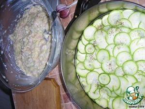 Натереть кабачки. Смешать с куриным фаршем. Добавить майонез, соль, перец по вкусу. Перемешать.   Выложить в форму на кабачки.