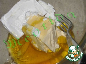 Приготовим тесто:   нужно смешать в однородную кремообразную массу мед, творог и маргарин (комнатной температуры),