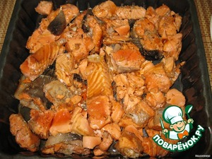 Слегка обжариваем на растительном масле с двух сторон.    Смазываем маслом форму для запекания и выкладываем туда рыбу.