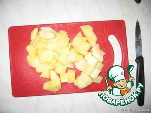 Картофель очищаем от кожуры и глазков, режим на одинаковые кусочки и опускаем в кипящий бульон.