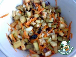 Овощи моем, очищаем. Баклажаны режем кубиками, лук измельчаем, перец тоже режем кубиками, морковь трем на крупной терке. Все выкладываем в кастрюлю или жаровню с небольшим количеством масла. Обжариваем все до полумягкости.