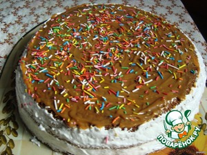 In order to cover the edges of the cream watery.I whipped protein and 100g.sugar.One cake was decorated with white and pineapple,the other smeared with condensed milk and sprinkled with rainbow sprinkles.