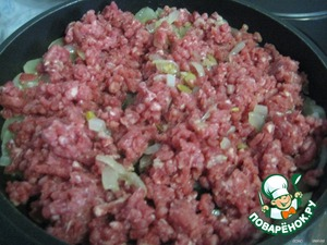 Add the minced meat and fry, stirring occasionally, until the meat is white.