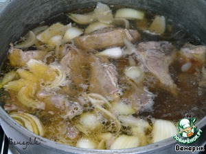 To fill in meat with boiled water, bring to boil, put the onion cut in quarters and whole garlic cloves.