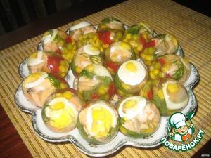 Когда яйца хорошо застынут, очистить скорлупки, как с вареного яйца, уложить на блюдо. Приятного аппетита.