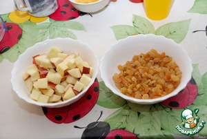 While the rice is cooking, wash the apples and cut into cubes (while we cut, eaten half of the Apple). :-)  And my raisins.