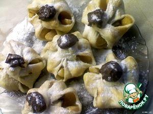 Остудить, посыпать сахарной пудрой и украсить оставшимся растопленным шоколадом.