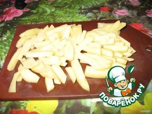 Картофель нарезаем брусочками. (Картошки нужно совсем немного. У нас же лапша, а не картофельный суп!)