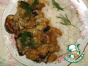 Соусом полить мясо с луком и баклажанами, запечь в духовке минут 20-30. На гарнир я отварила рис. Приятного аппетита!