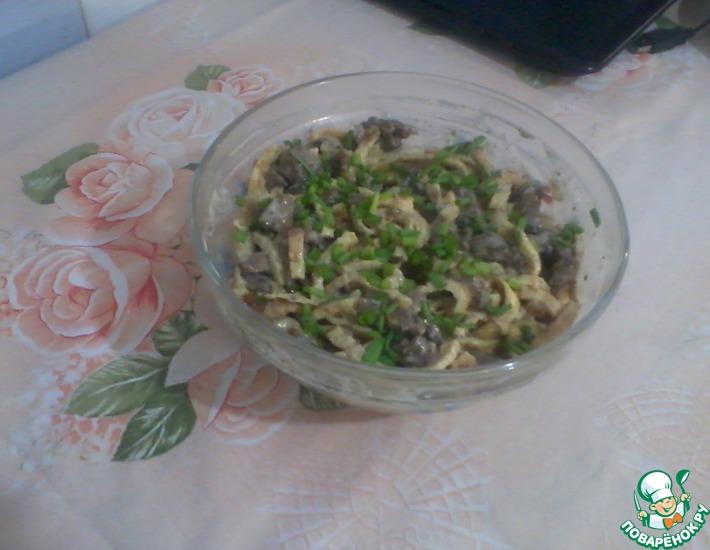 Рецепт: Печеночный салат с яичными блинами