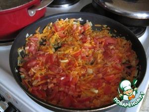 На крупной терке измельчаем морковь. В идеале она не добавляется, так как упрощает вкус, но мне нравится. И отправляем ее к луку. В это время нарезаем помидоры, и отправляем к моркови. Пока овощи тушатся, достаем мясо, нарезаем и отправляем обратно в бульон. Нарезаем картофель и отправляем бульон. Хотя в идеале картофель не применяют, мне нравится так. К моменту готовки бреза картофель должен свариться. Кстати, им можно исправить плотность бульона, если он окажется жидковат - просто натереть на терке и добавить в суп. Бульон посолить.