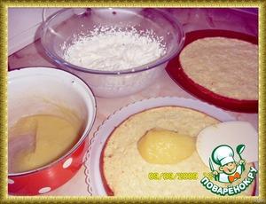 Сборка.    Пропитать остывшие коржи сиропом и прослоить два нижних 2/3 частью лимонного крема. Верхний корж и бока покрыть сливочным кремом.