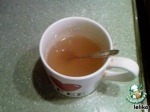 Желатин залить яблочным соком и дать набухнуть. Можно заливать и водой, конечно же, но, поверьте, с соком вкуснее!