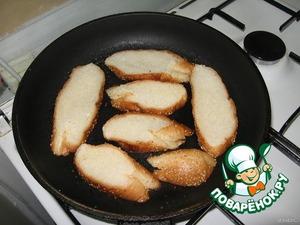 Белый хлеб нарезать ломтиками и обжарить с одной стороны на    слив.масле до хрустящей корочки.
