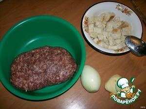 Хлеб или сухари замочить в молоке. Геркулес смолоть в кофемолке или мясорубке не слишком мелко.