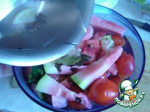 На помидоры положить ломтики арбуза.   Залить горячим рассолом.