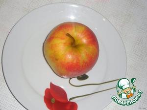 Берем красивое сочное яблоко.