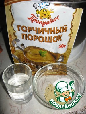 Горчичный порошок смешиваем с содой, нужно заранее налить в сосуд 3 ст. л. воды.