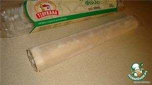 Тесто готовое (купить готовое, уже раскатанное тесто, оно обычно продается в отделе замороженных продуктов в холодильниках) - оно свёрнуто в такие рулоны;   оставить его размораживаться (кто захочет, может сам сделать, только тонко раскатывать нужно).
