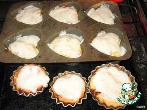 Смешайте сметану с сахаром и ванильным сахаром и смажьте приготовленным кремом поверхность тортов.    Запекайте ещё 5 минут при 220°С.