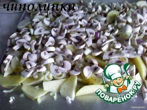 На лук выложить грибы.      Готовить в предварительно разогретой духовке 180гр. В процессе приготовления переодически помешивать.   Готовое блюдо украсить зеленью и овощами.