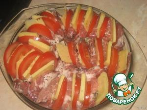 Пимидоры и сыр выложить в разрезы в свинине.