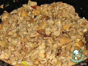 Грибная начинка:   грибы измельчаем и обжариваем вместе с луком. Посолить и поперчить по вкусу.