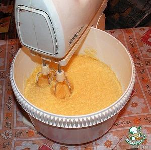 Разогреваем духовку до 100 градусов.    Масло размягчаем, тщательно разминаем, добавляем сахар, ванильный сахар и разрыхлитель. Взбиваем 10-15 минут.    Пока масса взбивается, поочередно добавляем в нее яйца. Взбиваем, пока масса не сделается пышной.