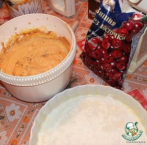 Смазываем форму маслом, посыпаем панировочными сухарями или измельченным печеньем. Ни в коем случае не мукой – жирная масса прилипнет намертво.