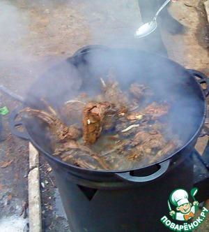Закипает, делаем огонь средним. Мясо не должно гореть, но и варить его в коньяке не стоит. Не мешать!
