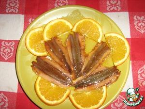 По истечению времени вытаскивам из маринада и перекладываем в другую тарелку. добавляем капельку масла и чуть чуть апельсинового сока. я ела рыбку и закусывала оставшимся от украшения апельсином. уверяю что сочетание вкуса бесподобное хоть и необычное! приятного аппетита!