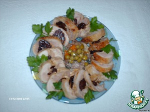 Куриный рулетик с черносливом – кулинарный рецепт