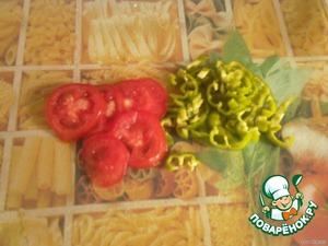 Пока картофель запекается подготовить овощи: помидоры порезать колечками, а перец полукольцами. Сыр нарезать кусочками.