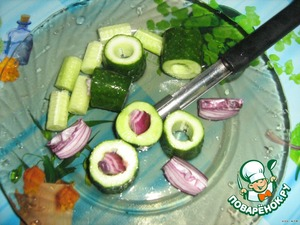 Cucumbers divide into 6 parts. Removed with a special knife the middle(sprinkle with salt to let the juice,wash). Bow mode into 6 parts. Stuff the middle of the cucumbers .
