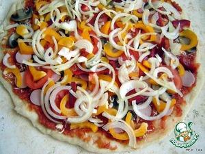 Я делаю пиццу овощную, без мясных добавок. Тесто раскатываю тонко, чтобы после выпечки края похрустывали.