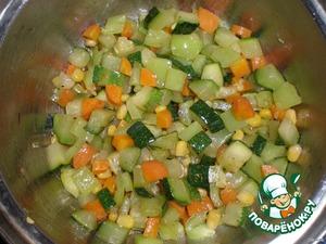 Обжарьте на масле овощи,добавьте мускатный орех, лимонный сок, посолите, поперчите и жарьте несколько минут.